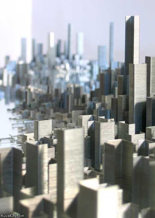 Spettacolare metropoli costruita con le graffette!!