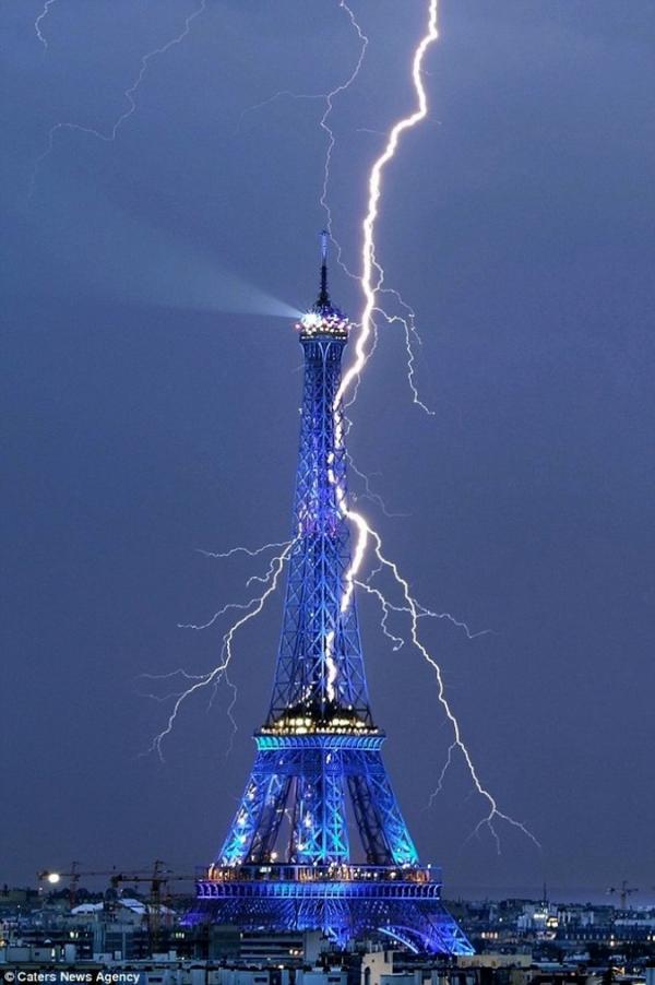 Fulmini sulla Torre Eiffel...